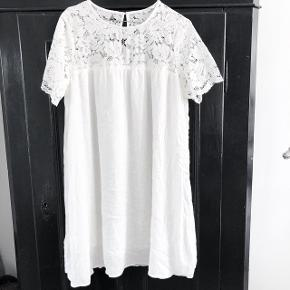 H&M skøn sommer kjole led fine blonde detaljer for oven  størrelse: mener det er en S    pris: 70 kr   fragt: 37 kr