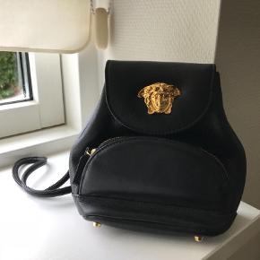 Varetype: Håndtaske Størrelse: Lille Farve: Sort Oprindelig købspris: 2600 kr.  Super lækker lille håndtaske clutch fra Versace.  Fremstår stort set som ny!  Mp. 1500