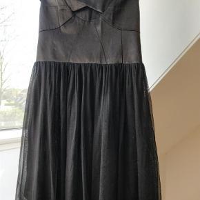 Varetype: Smart kjole Farve: Sort Prisen angivet er inklusiv forsendelse.  Stropper er klippet af. Kan svagt anes