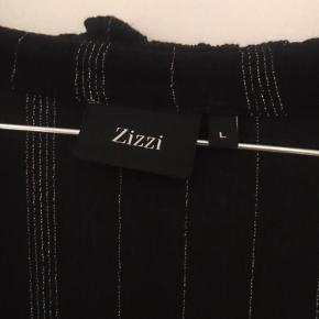 Fin krepet Zizzi kjole sort med sølvglimmertråd og sølvknapper. Str 50-52.  Brystmål 2 x 59 cm Længde 110 cm