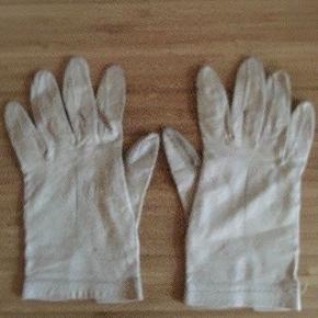 Hvide læder handsker str s -fast pris -køb 4 annoncer og den billigste er gratis - kan afhentes på Mimersgade 111 - sender gerne hvis du betaler Porto - mødes ikke andre steder - bytter ikke