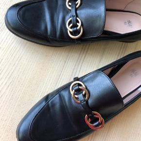 Loafers med guldfarvede spænder fra H&M. Står som en str. 40, men er lidt små i størrelsen, derfor sat til 39,5.  Fragt betales af køber ❤️ 📍 Århus