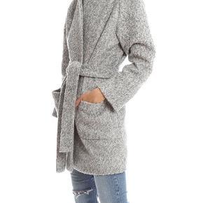 Ganni frakke, brugt 2 vintre men fremstår i god stand.  Brystvidde: 60 cm. X 2. Længde: 90 cm. 55% polyester og 45% uld. Str. L.