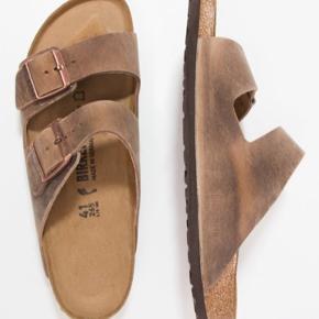 Sælger disse Birkenstock Arizona sandaler i str. 43, da størrelsen desværre ikke passer. Brugt få gange.