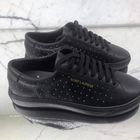 Helt nye Saint Laurant sneakers. Brugt dem inde een enkelt gang, men aldrig ude. Æske og dustbag medfølger.  Byd gerne, prisen er ikke fast.