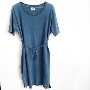 Weekday kjole i t-shirt stof   størrelse: Small   pris: 100 kr   fragt: 37 kr