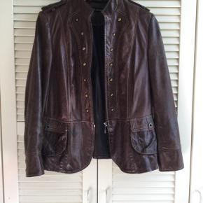 Flot læder jakke mærke Borch. Brugt få gange, en lille L .  NP 2500kr sælges for 600kr