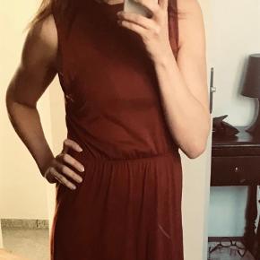 Smuk og enkel lang maxi kjole. Brugt, men fejler ikke noget.