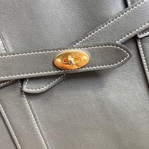 Flot Zipped Bayswater taske fra Mulberry, brugt som studie taske i to måneder ca. Den kan uden problemer indeholde en Macbook Air. Tasken er købt i Mulberry på Strøget i 2018, og dustbag og kvittering haves.