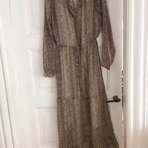 Fin kjole fra Neo Noir. Underskolen følger med