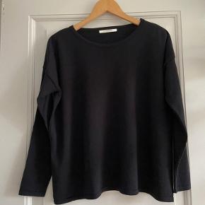 Bluse i 100% merino extrafine wool. Løs pasform.