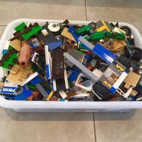 Masser af LEGO.  Kæmpe kasse fyldt med LEGO. Her er rigtig mange kg.  Hovedsageligt Ninjago.  Her er LEGO for minimum 6-7.000 - alt er blot blandet sammen.. Giv et bud.