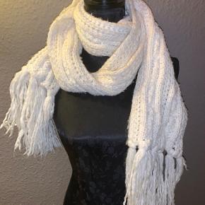 Varmt strikhalstørklæde
