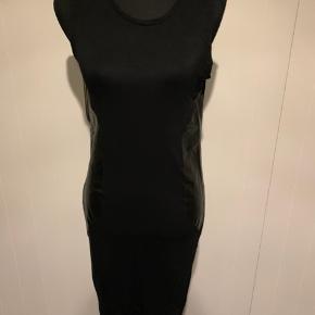Sort kjole fra The run str m.  Med rund hals og elastisk let stof.  Brugt 1 gang.  Køber betaler Porto.