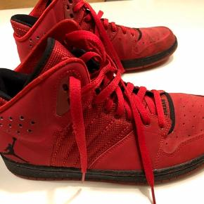 Skoene er kun brugt få gange, men har desværre fået et par pletter på indersiden. De ses ikke meget.