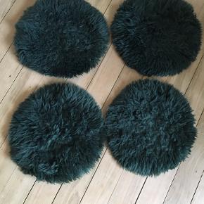Skindhynder til stole måler 40 cm i diameteren. Brugt men stadig i god stand. De kommer fra røgfrit hjem. Sælges samlet for 50kr 🍁