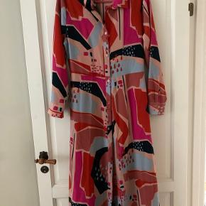 Brugt 2 gange.  Gennemknappet skjortekjole fra Monki.  Kan bruges med og uden tilhørende bælte.
