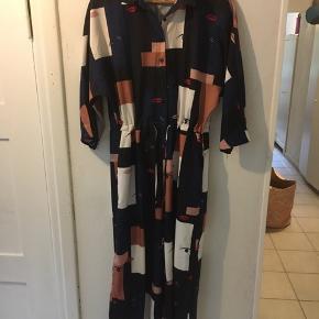 Unik skøn buksedragt. Kollektionsprøve fra Islandsk tekstildesigner. Flot og fin kvalitet. Luftig og sommerlig med vidde ved ben.