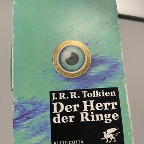 BESKRIVELSE: Bøger (serie) af J. R. Tolkien. Ringenes Herre på tysk 🦅📘  MØDESTED: Aarhus C eller omegn   PORTO: Køber betaler (ca. 37 kr.)   RABAT: Jeg giver mængderabat, så tjek mine andre annoncer! Har blandt andet GANNI, OtherStories, Baum&Pferdgarten 🌻
