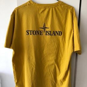 Stone island reflective tee. Gul, 3m logo på ryggen. Mindre plet på fronten, ikk så tydelig. Materiale tag klippet af, men beholdt. Købt på END Sidste sommer, NP:1100,- udsolgt på meget kort tid.