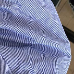 Virkelig fin skjorte fra Mango i en str. S  Aldrig brugt, og synes derfor at den har brug for et nyt hjem!💙