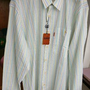 Lækker let stribet bomuldskjorte fra Missoni. Lavet i 100 % bomuld. Str. 50 hvilket passer med en L afslappet pasform.