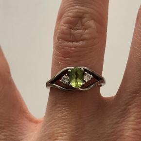 1. Sølv ring med grøn og hvide zirkoner. Typisk prinsesse-agtig ring. Den er mærket med 925 MÅSKE 825 jeg har svært ved at se det. Tjek billedet ud. Den har ikke været gået med meget. Men har en smule slidtage ved kanten - Den er købt for 10 år siden i P.C Jewelry. Nypris 400kr  Str. 50 2. Sølv ring købt hos Shamanic (nu KILA Jewels Copenhagen) den har ikke noget sølv mærke men jeg mindes altså at den er købt som sølv ring men jeg tror kun den er belagt. Den har prikmønster og små grønne sten hele vejen rundt. Den grønne farve er meget svær at tage billede af men jeg har forsøgt. Den er brugt meget lidt. Nypris: kan ikke huske.  Str. 52 3. Sølv ring stemplet med 925 HS også købt hos Shamanic. Den er simpel med en stor grøn sten. Nypris: 225kr. Ingen slid -brugt meget lidt.  Str.55   Køb alle 3 for 200kr ekskl fragt.