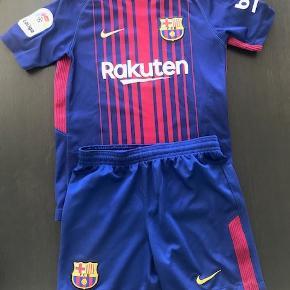 Ældre original FC Barcelona sæt. Er slidt og den ene skulder på blusen har fået nogle skrabe mærker.