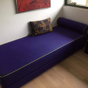 Sælger denne sovesofa i lilla - to madrasser, der kan slåes ud til en dobbeltseng.  Mærke: Ilva  Mål: 80 x 200