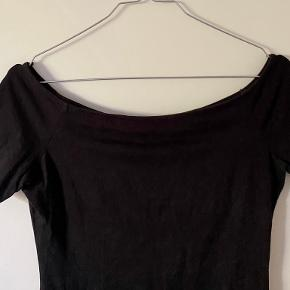 Sort top fra h&m. Off-shoulder.
