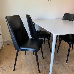 4 stk. stole. Ønsker du bordet med kan vi finde en fin samlet pris.  Nypris 650 pr. stk.
