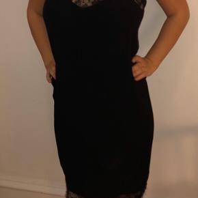 Super sød kjole med tynde stropper og V-udskæring med blonder foran og for neden - længde lige under knæet