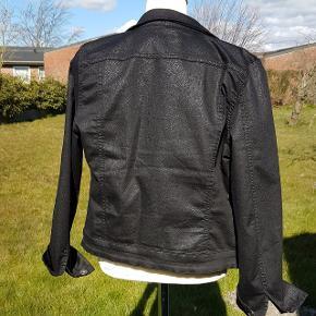 Flot sort jakke - materialet er 66 % bomuld, 30 % polyester og 4 % elastane.