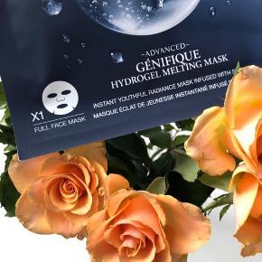 """Lancôme """"Génifique Hydrogel Melting Mask"""" ⚡️  Beskrivelse:  Masken er en sheet maske der giver et øjeblikkeligt ungdommeligt udseende, der booster huden med nyt liv og glød. Dette er en hel maske der dækker hele ansigtet, lavet af hydrogel matrix der frigiver sine ingredienser ved at smelte ind i huden. Masken indeholder en helt flaske af Génifique Youth Activator serum fra Lancôme, som er et af de mest solgte serum på verdensplan. Hemmeligheden bag dette serum er at den giver huden fornyet vitalitet og glød. Med denne maske vil du opleve at din hud bliver fugtmættet, får en mere ensartet og strålende hudstruktur og ikke mindst en silkeblød følelse. Lancôme Génifique Hydrogel Melting Mask kan du lade sidde 10 min for at klargøre huden til den perfekte makeup, 20 min hvis du vil fremhæve din glød til dagen eller 30 min hvis du ønsker at booste din hud til din skønhedssøvn.  Fordele: Sheet maske Ungdommeligt udseende Nyt liv og glød Hel maske Hydrogel Matrix Smelter ind i huden Génifique Youth Activator serum Et af de mest solgte serum på verdensplan Fornyet vitalitet og glød Silkeblød følelse  Byd gerne kan enten afhentes i Aarhus C eller sendes på købers regning 📮✉️"""