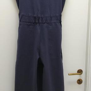 Buksedragt S-str, med pris mærke i. Der er 5,5 cm bred elastik i taljen, lommer på sider 55% cotton 39% polyester taljen-80 cm længden-ca 134 brede-28