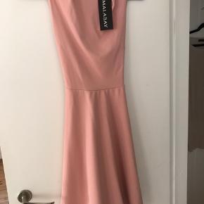 Super flot og stilet kjole. Ny med mærke