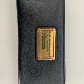 Flot pung fra Marc By Marc Jacobs. Slid på mærket, men ellers fejler den intet. I er velkommen til at spørge efter flere billeder.