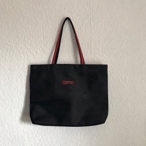 Sort skulder taske med røde detaljer fra Esprit, sælges da jeg aldrig for den brugt mere  Højde: 30 cm Længde: 40 cm Bredde: 9 cm Stropper: 27 cm