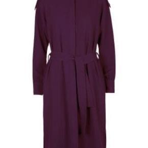 Fineste kjole med bindebånd i taljen og stofbelagte knapper ved bryst og ærmer. Bordeaux Str. 40.   Aldrig brugt og stadig med prismærker i.   Købspris 1900 kr.