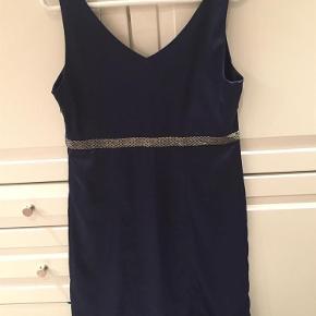 Smuk dybblå kjole med perlestykke rundt om livet  Aldrig brugt - stadig med mærker!  Festkjole med perlestykke Farve: mørkeblå