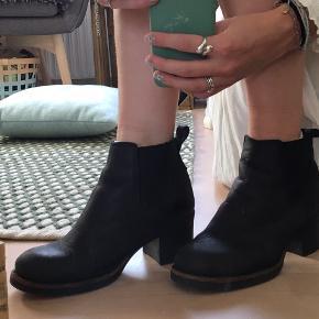 """Sorte ankelstøvler med for. Selve skoen har """"rynker"""", hvilket ses på billedet."""