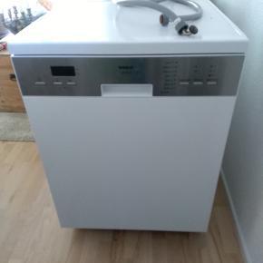 Fin opvaskemaskine sælgers. Den sælges udelukkende, fordi vores boligselskab har sat opvaskemaskine i vores lejlighed og derfor skal vi af med vores egen.  Den fungerer som den skal og der er ingen rust overhovedet. Skriv gerne for flere billeder!