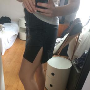 Nederdel i 100% genbrugs læder. Str. Xs  Nu pris 800kr
