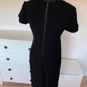 Sort kjole fra Noa Noa str m. Med blondekant øverst og lynlås i ryggen.  I figurfacon. Brugt 1 gang.  Nypris's 1199kr Køber betaler Porto.