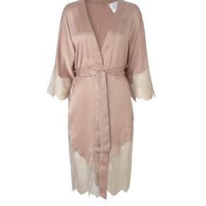 Notes Du Nord Gilli Kimono i 100% fineste sandvaskede silke med delikate blonder og bælte. Ny med prismærke.