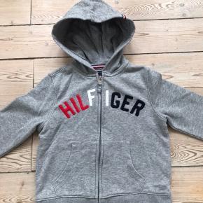 Fin hoodie fra Tommy Hilfiger. Brugt et par gange, vasket en gang. Er desværre købt for lille. Str. M (8-10)