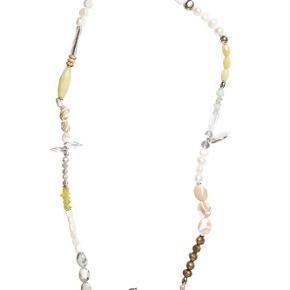 Varetype: -=NY=- SPICE LANG HALSKÆDE Størrelse: 86 til 80 cm (Justerbar) Farve: Hvid Oprindelig købspris: 1300 kr.  A&C JEWELLERY SPICE LANG HALSKÆDE  Håndlavet smykke fra norske A&C Jewellery Design Oslo.  Flot lang perlekæde. Smykket er belagt med det eksklusive ædelmetal rhodium, der giver et blankt sølvhvidt udseende.  Halskæden er fra A&Cs eksklusive serie Essence. Essence er en høj kvalitets serie, hvor smykkerne er belagt med ægte rhodium eller ægte guld. Smykkerne er dekoreret med kombinationer af halvædelstene, glasperler, perler og perlemor.  Længde: ca. 86 til 80 cm (Justerbar) Serie: Essence Model: Spice Style: 2054-0180