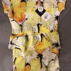Varetype: Ny kjole Størrelse: 110-116 Farve: Se billede  Ny med mærke  Bytter ikke  Mp 260pp over MobilePay ellers ts gebyr (sælges ikke under fastsatte pris) Sender med dao