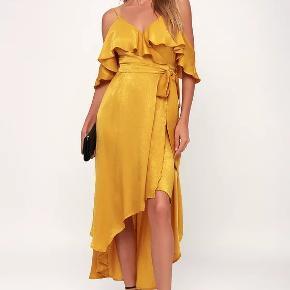 "Har lige bestilt nogle kjoler fra USA men denne var for lille i størrelsen.🌎🗽💲 Den vil bedre passe til en med en a-c skål eller en str. L.   Spar tolden og køb en kjole til den næste fest hvor højst sandsynligt ingen har en kjole magen til. 😉   Dance the night away in the Lulus Layla Mustard Yellow Satin Off-the-Shoulder Wrap Dress! Soft and stunning satin fabric sweeps from adjustable spaghetti straps into ruffled off-the-shoulder sleeves and a wrapping, ruffled bodice with modesty snap. A cascading, high-low midi skirt sweeps below the sash tie waist to finish the glam look.  Unlined. Dress measures 12"" longer at back. 100% Polyester. Hand Wash Cold. Imported.  Fit:This garment fits true to size. Length:Mid-calf length. Size small measures 35"" from adjustable straps to hem. Bust:Works best for A to C cup sizes. Waist:Loosely Fitted. Hip:Not Fitted - fuller skirt allows room for hips. Undergarments:May be worn withpetals, or no bra. Fabric:Fabric has no stretch."