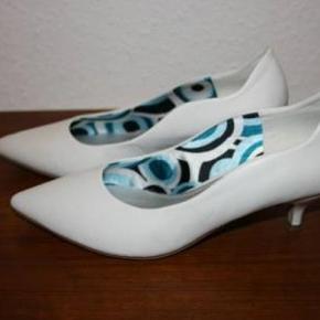 Marco Tozzi pumps, str. 39, med 5 cm hæl. Skoene er af syntetisk læder, med satin/syntetisk læder for.